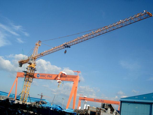 山东鸿达塔吊在造船工业中的应用